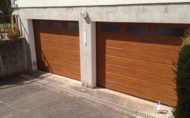 Double portes de garage avec hublots